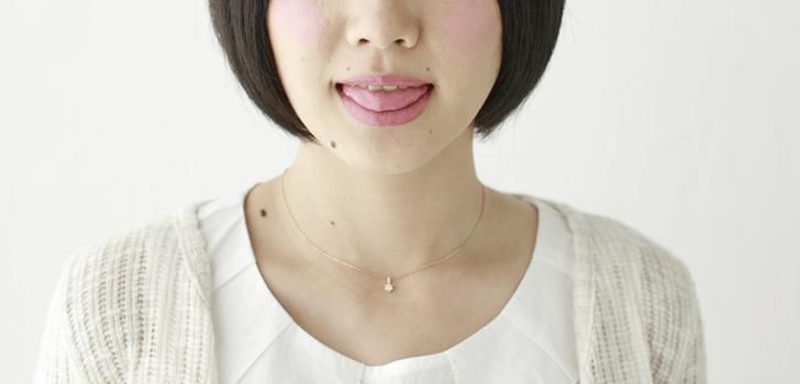 舌を出す女性の画像